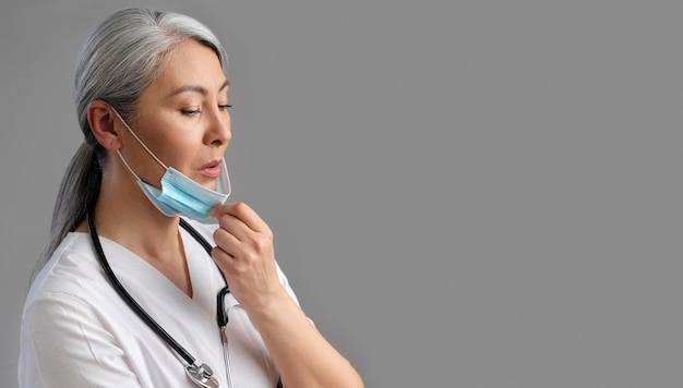 Agent de santé féminin avec espace de copie