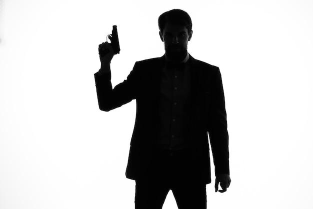 Agent secret d'hommes d'affaires avec une arme à feu dans les mains d'un studio de pose de crime