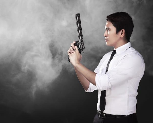Agent secret tenant un pistolet