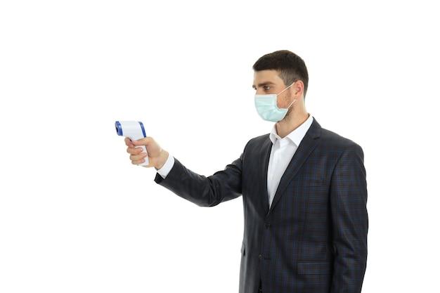 Agent de sécurité en masque avec pistolet isolé sur fond blanc..