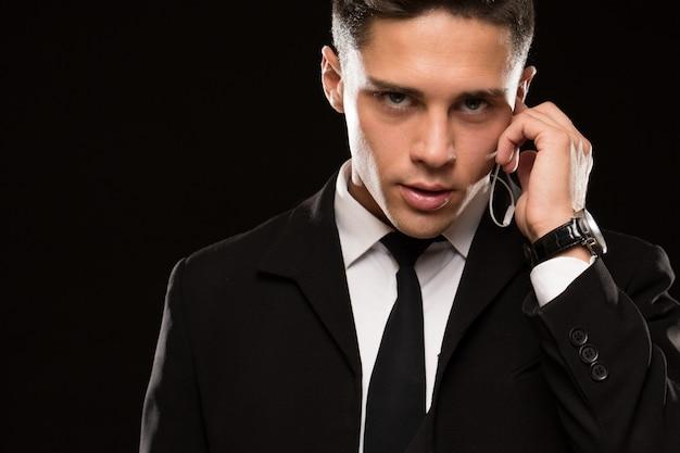 Agent de sécurité professionnel sur fond noir