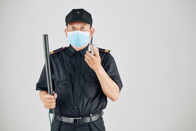 Agent de sécurité sérieux