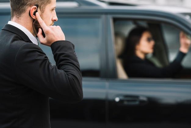Agent de sécurité vue latérale regardant le client