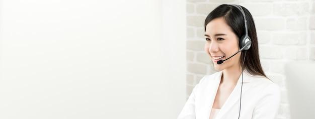 Agent de service clientèle de belle femme asiatique en centre d'appels, bannière panoramique