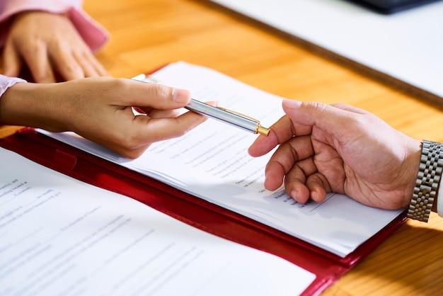Agent de vente au détail offrant un stylo