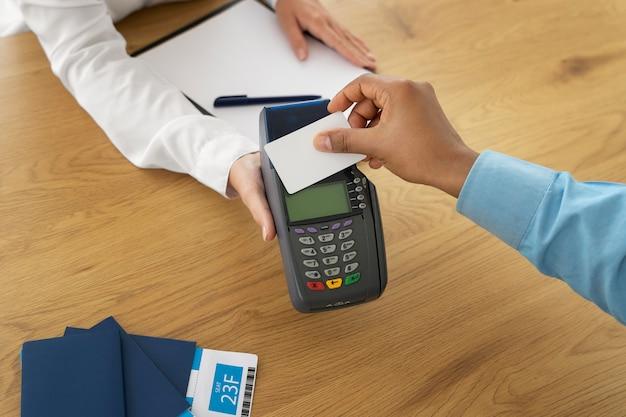Agent de voyage enregistrant le paiement du client