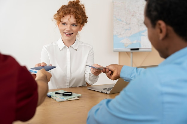 Agent de voyage offrant la planification de voyage aux clients