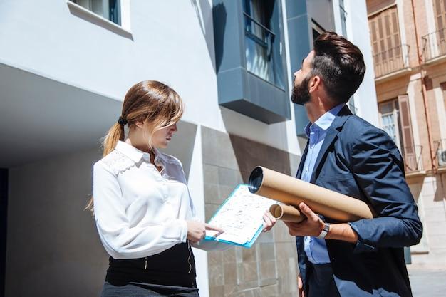 Agents immobiliers en face du bâtiment