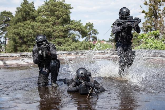 Les agents de police spec ops swat dans l'eau