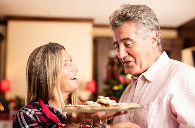 Âgés de biscuits moyen couple, dégustation sur un salon