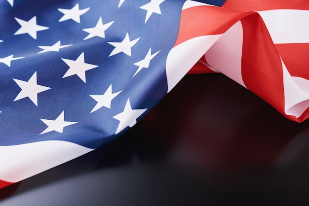 Agitant le drapeau national des etats unis