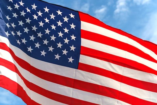 Agitant des étoiles et des rayures américain des drapeaux sur le ciel bleu