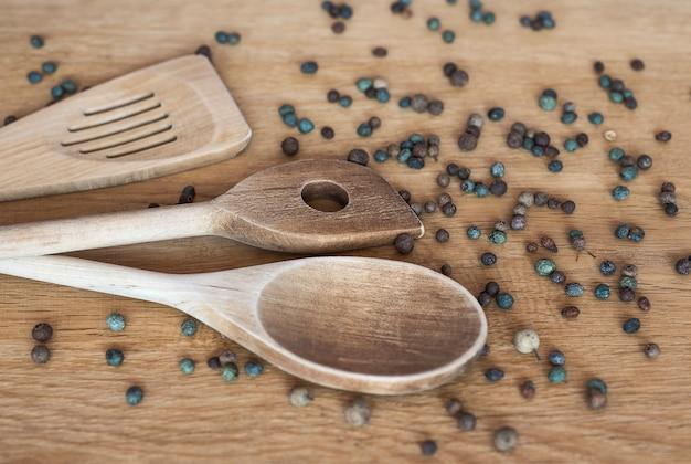 Agitateurs de cuisine en bois avec pois poivrons parfumés