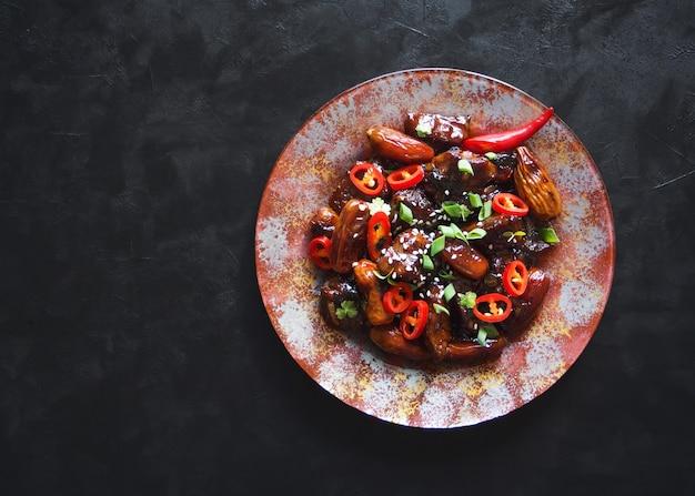Agneau Aux Figues Dans Une Sauce Sucrée. Cuisine Asiatique. Vue De Dessus. Espace De Copie. Photo Premium