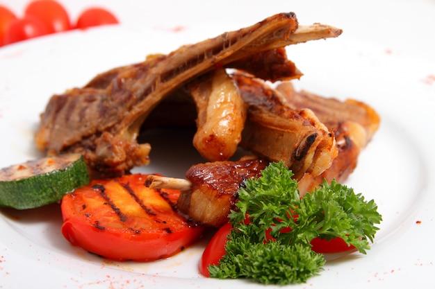 Agneau grillé aux légumes grillés