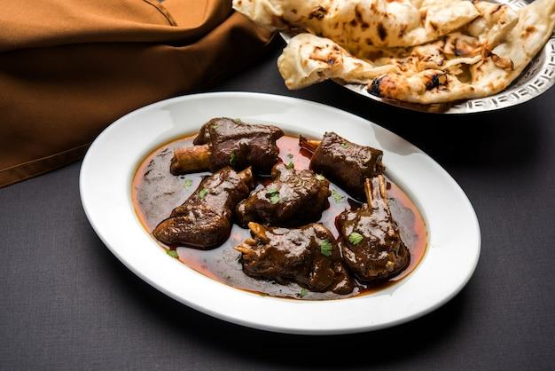 Agneau ou jarret de mouton, également connu sous le nom de gosht paya ou khoor curry servi avec du blé indien roti, mise au point sélective