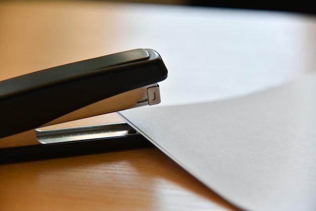 Agrafeuse avec du papier sur la table de bureau