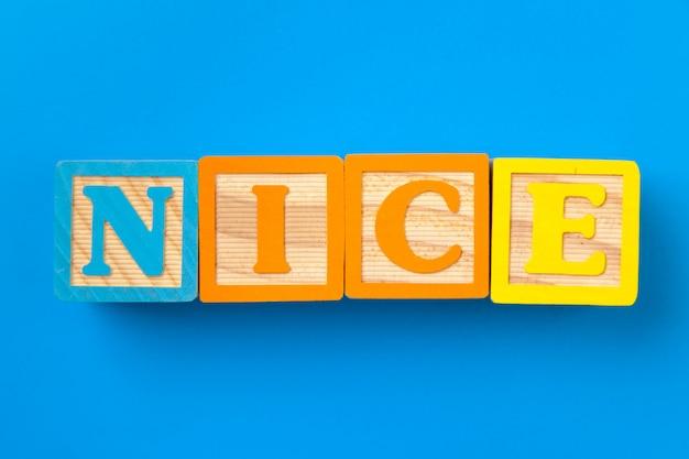 Agréable. blocs d'alphabet coloré en bois sur fond bleu
