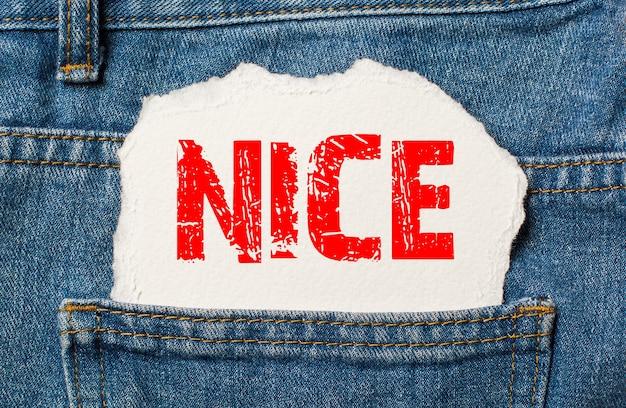 Agréable sur du papier blanc dans la poche d'un jean bleu