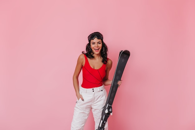Agréable femme tenant des skis