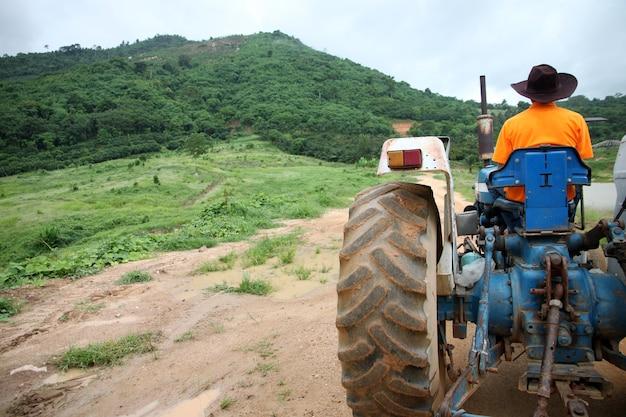 Agriculteur au volant de tracteur.