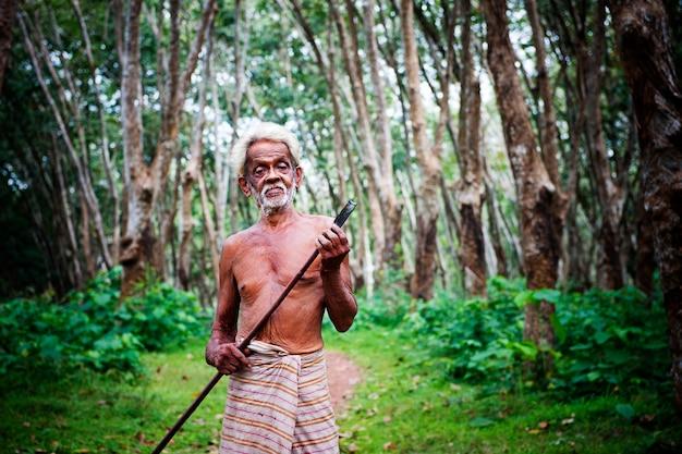 Agriculteur de caoutchouc dans une plantation au sri lanka