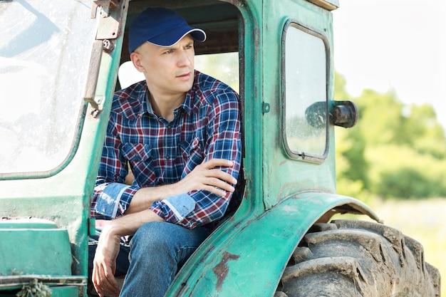 Agriculteur conduisant un tracteur à la campagne