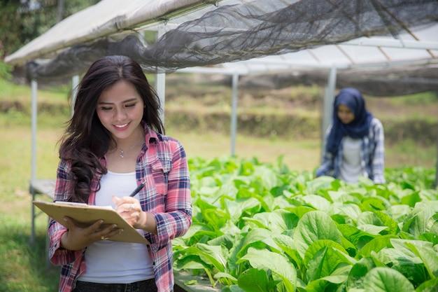 Agriculteur dans la maison verte