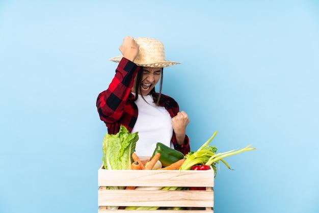 Agriculteur femme sur mur isolé