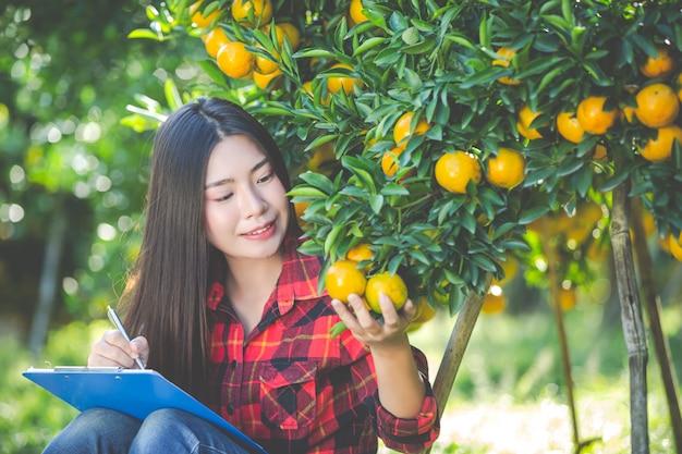 Agriculteur de fille orange tenant une forme vide à la main.