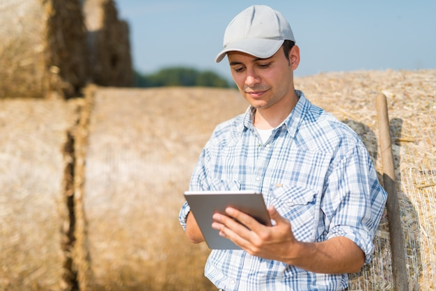Agriculteur moderne à l'aide de sa tablette