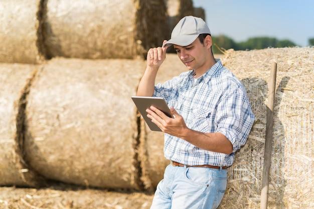 Agriculteur moderne utilisant sa tablette