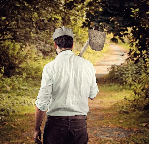 Agriculteur par derrière en campagne.
