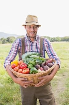 Agriculteur portant la boîte de légumes