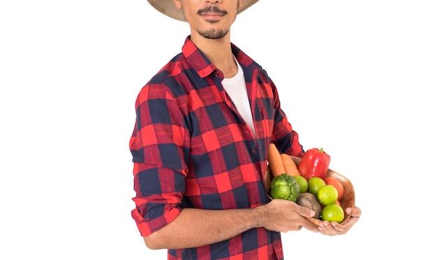 Agriculteur tenant un panier de fruits