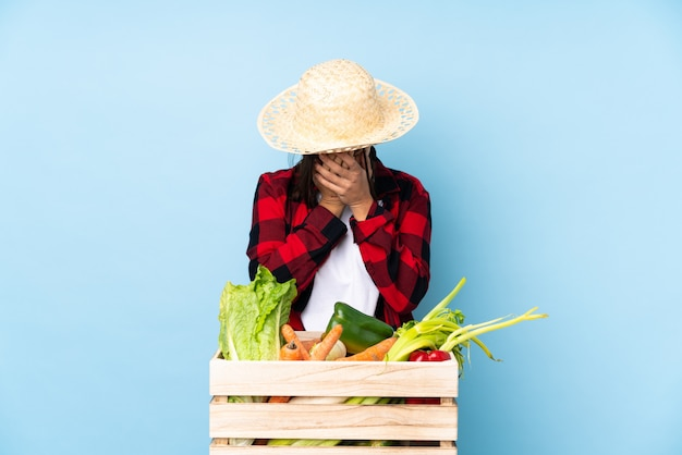 Agriculteur tenant un panier plein de légumes frais