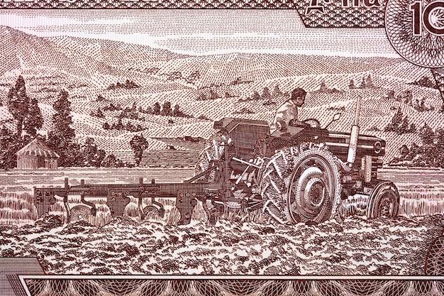 Agriculteur sur un tracteur de l'argent éthiopien