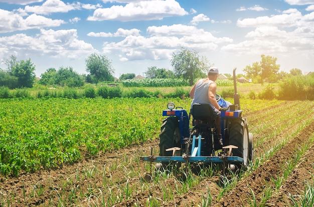 Un agriculteur sur un tracteur laboure un champ.