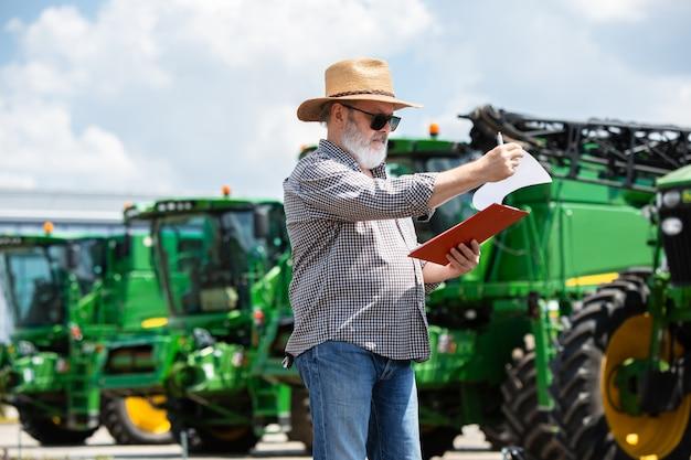 Un agriculteur avec des tracteurs