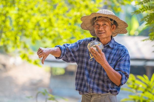 Les agriculteurs asiatiques portent des masques pour prévenir les épidémies de virus corona