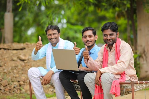 Des agriculteurs indiens se présentent avec un banquier ou un agronome.