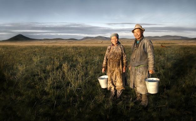 Agriculteurs mongols tenant un bassin sur le terrain