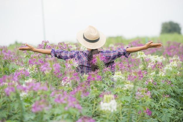 Les agriculteurs sont heureux sur leur propre ferme de fleurs.