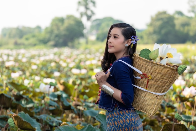 Agricultrice asiatique culture thaïlandaise avec robe traditionnelle de lotus.
