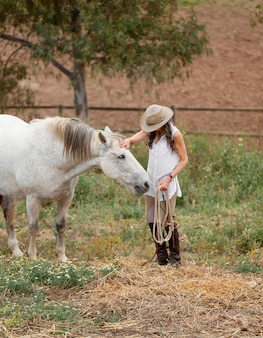 Agricultrice caresser son cheval