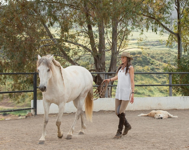 Agricultrice avec son cheval au ranch