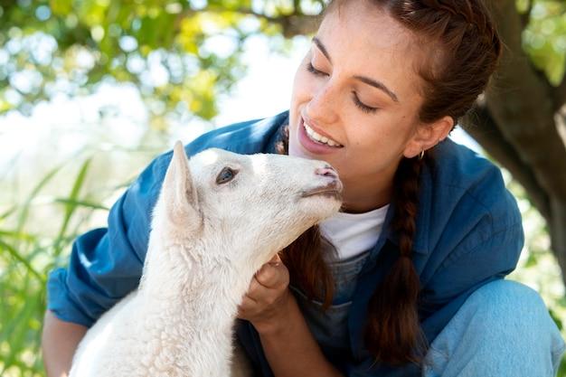 Agricultrice tenant un bébé mouton