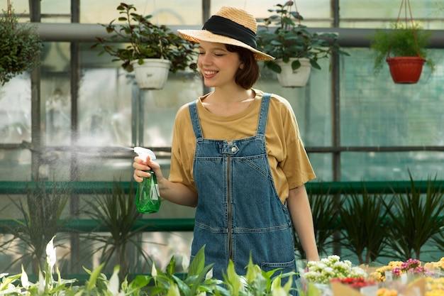 Agricultrice travaillant dans une serre