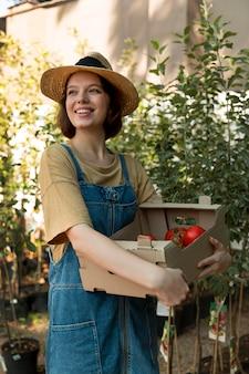 Agricultrice Travaillant Dans Une Serre Photo gratuit