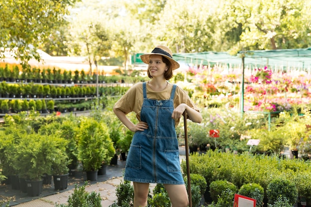 Agricultrice travaillant seule dans sa serre